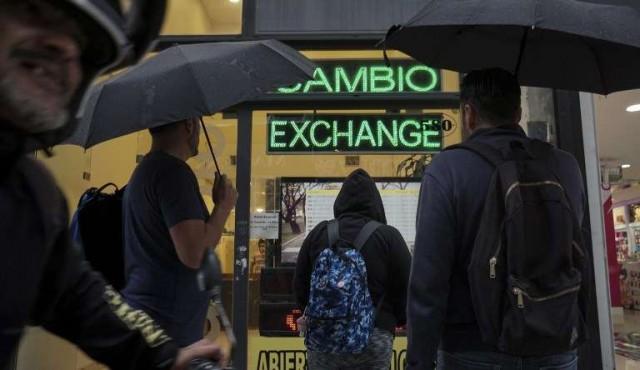 Argentina evitó una crisis, dice ministro de Hacienda tras corrida