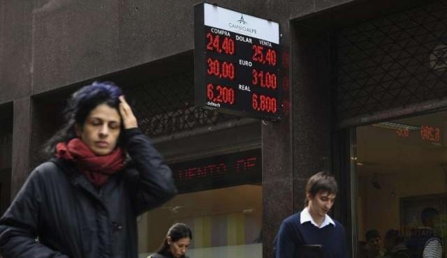 """Expectativa en Argentina por """"megavencimiento"""" de letras en medio de crisis cambiaria"""