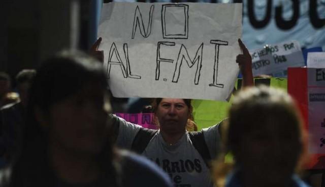 Argentina baja tensión cambiaria con emisión de bonos