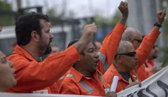 Huelga de petroleros en Brasil mientras camioneros aún deshacen la suya