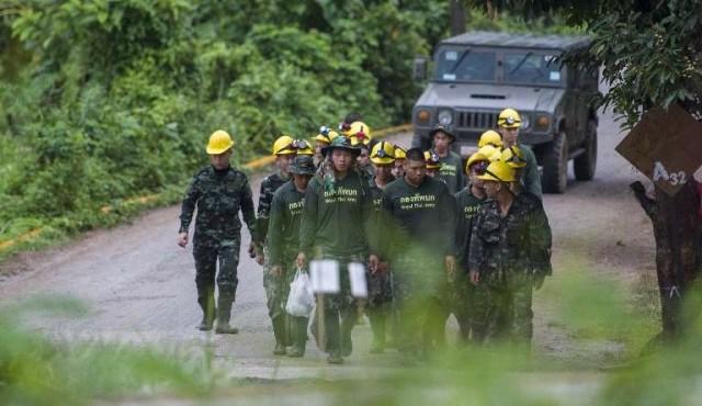 Rescatados los 12 niños y su entrenador de la cueva inundada en Tailandia