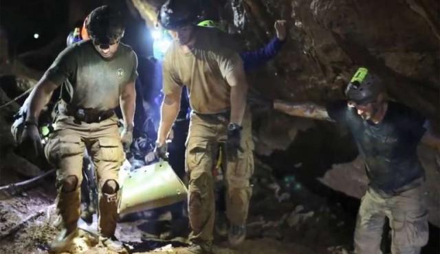 Algunos de los niños salieron dormidos de la cueva en Tailandia