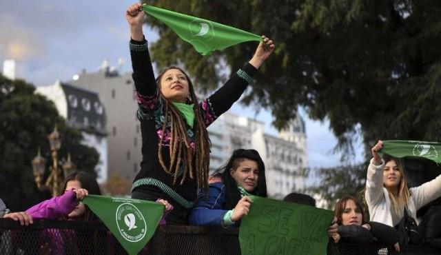"""""""Pañuelazo"""" verde internacional por el aborto legal en Argentina"""
