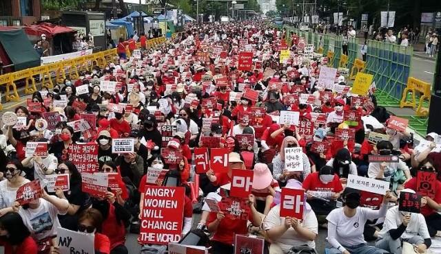 Masiva protesta en Seúl contra la pornografía con cámaras espías