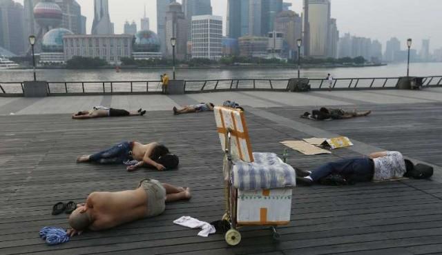 Para huir del calor, los ciudadanos de Shanghái duermen en la calle