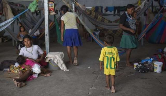 Brasileños expulsan a venezolanos quemando sus carpas y objetos personales