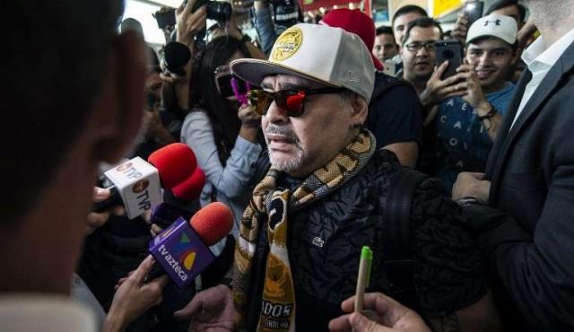 Maradona llega a México y alista encuentro con sus nuevos jugadores
