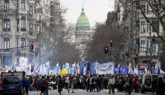 Marchas y ollas populares en rechazo de ajuste económico en Argentina