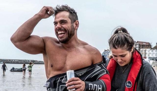 Rodea Gran Bretaña a nado por primera vez