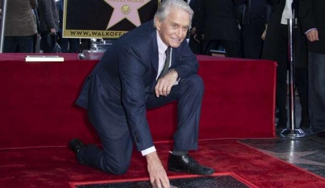 Michael Douglas tiene su estrella en el Paseo de la Fama de Hollywood