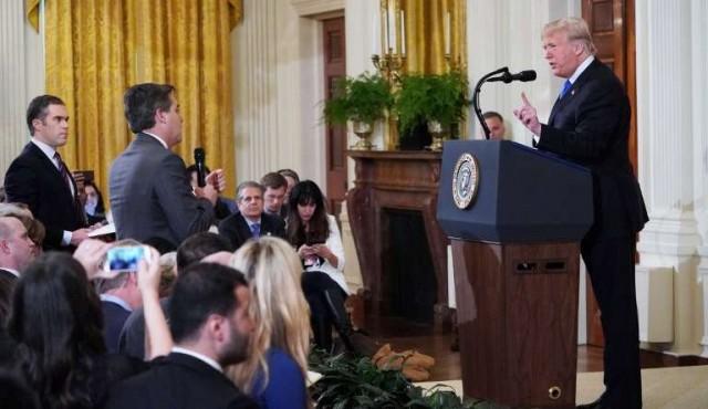 """Trump llama """"persona horrible"""" a periodista de CNN y le retira credencial"""