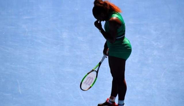 Djokovic avanza en Australia, Serena no