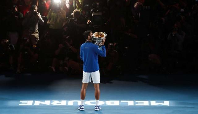 Djokovic no le dio opción a Nadal e hizo historia en Australia