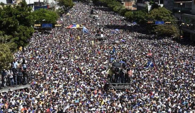 Guaidó pone fecha para el ingreso de la ayuda humanitaria que Maduro rechaza