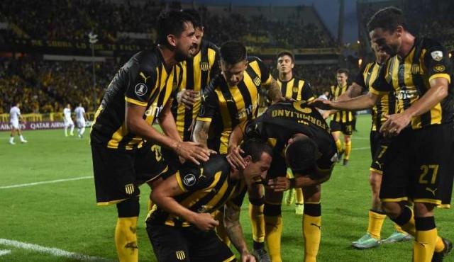 Peñarol se aprovechó de su rival, goleó y se acomodó en la Copa