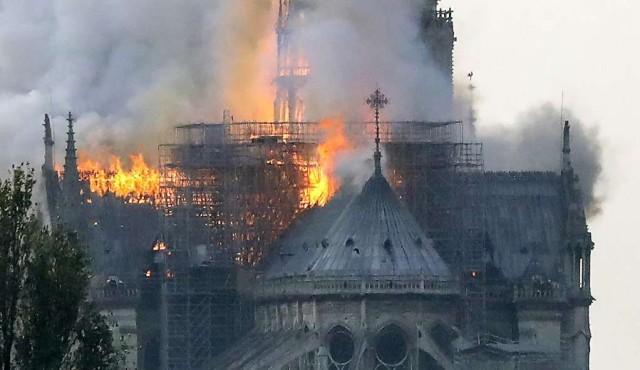 Incendio en curso en la catedral Notre Dame de París