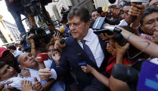 Perú: el expresidente Alan García se disparó al ser detenido