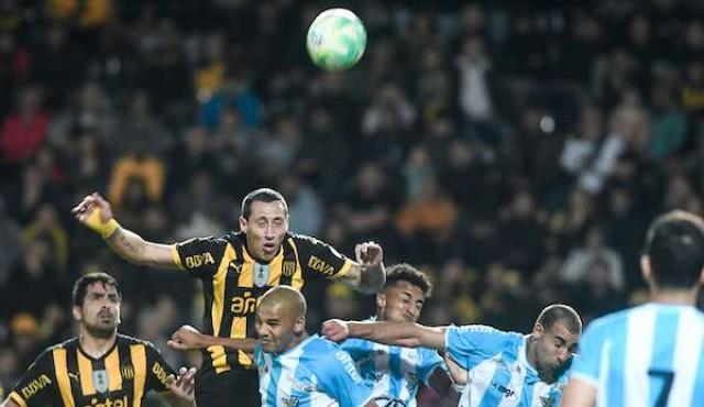 Peñarol jugó mal y dejó escapar el tren