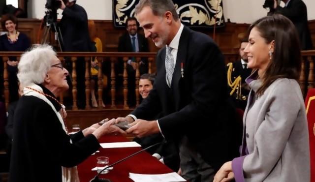 Ida Vitale abraza su premio y a Cervantes