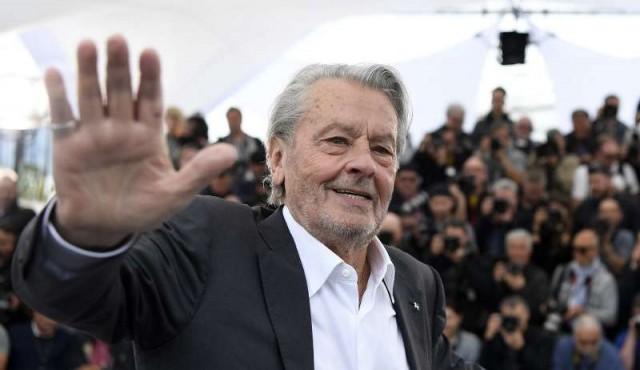 Alain Delon homenajeado en Cannes entre protestas feministas