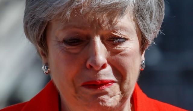Theresa May dimite, derrotada por un Brexit imposible