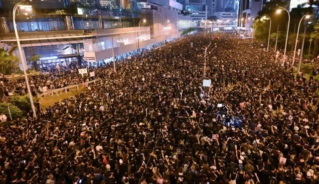 """Otra megamanifestación en Hong Kong fuerza a jefa de gobierno a pedir """"disculpas"""""""