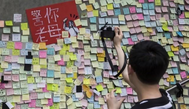 """Los """"muros de Lennon"""" con mensajes contra el gobierno florecen en Hong Kong"""