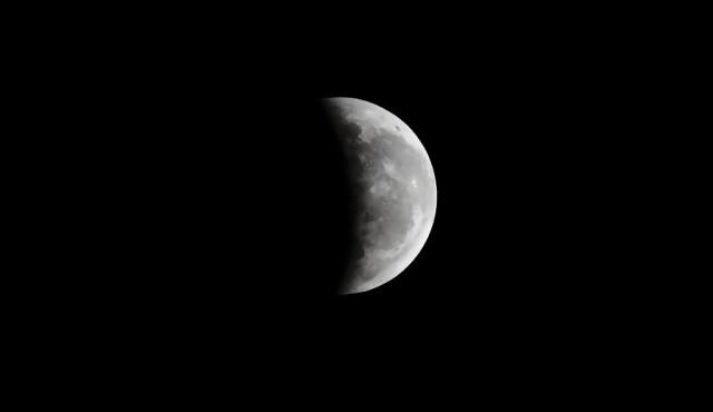 """Cómo ver el eclipse de Luna, una """"prueba"""" contra el terraplanismo"""