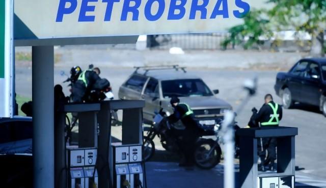Gobierno acuerda retiro de Petrobras y asume sus servicios