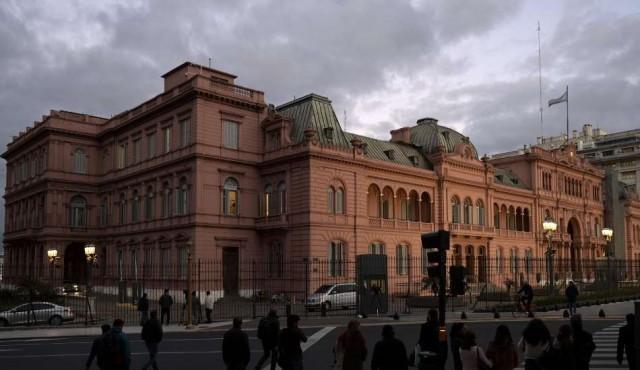 Las disculpas de Macri y los buenos deseos de Fernández buscan calmar a Argentina