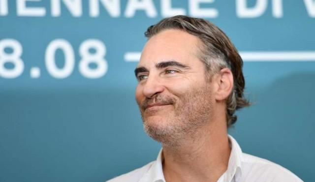 El Guasón íntimo de Joaquin Phoenix desata la locura en la Mostra