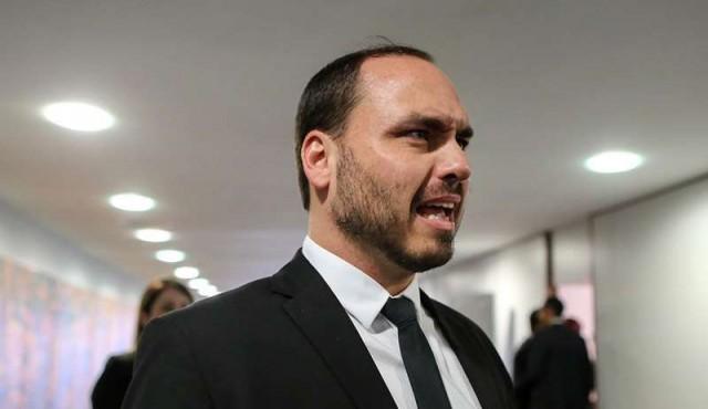 Hijo de Bolsonaro desata polémica al cuestionar la utilidad de la democracia en Brasil