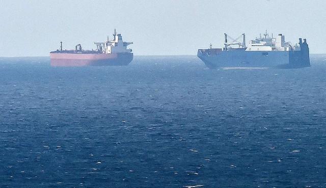 """Un petrolero iraní, alcanzado por """"probables"""" disparos de misiles en el mar Rojo"""