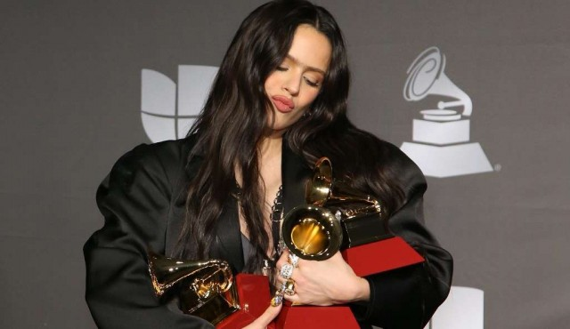Rosalía reina en un Grammy Latino con reguetón y gestos de protesta por Chile