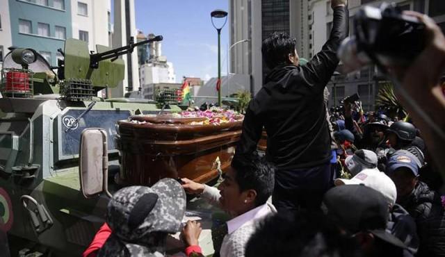 La policía dispersó una marcha con féretros de fallecidos en La Paz