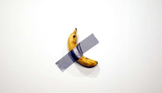 Un artista vende una banana por 120.000 dólares y otro se la come