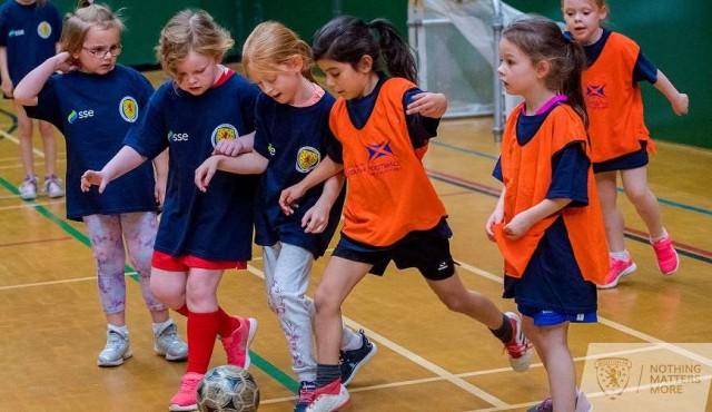 Escocia va a prohibir a los niños cabecear el balón