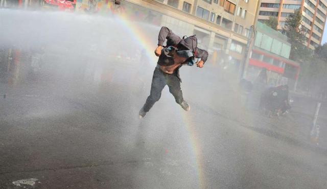 Duros choques entre manifestantes y agentes a tres meses de crisis en Chile