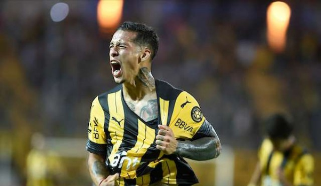 Con 10 y en los descuentos Peñarol derrotó a Cerro