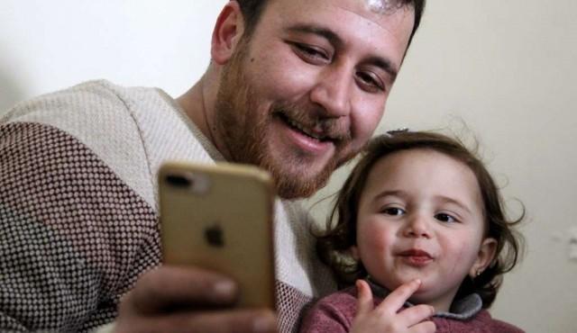 """Siria: padre enseña a su hija a reirse de las bombas, """"a la espera de una vida decente"""""""