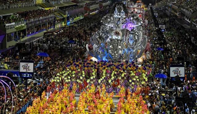 El carnaval de Rio arrancó con todo su esplendor y un fuerte tono de protesta
