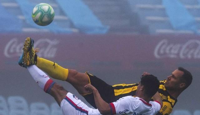 Nacional y Peñarol empataron el clásico de la niebla