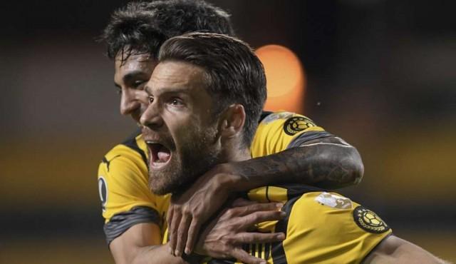 Peñarol golea 3-0 a Colo Colo y sueña con los octavos de la Libertadores