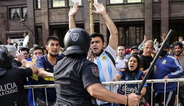 Incidentes alrededor de sede de Gobierno argentino en despedida a Maradona