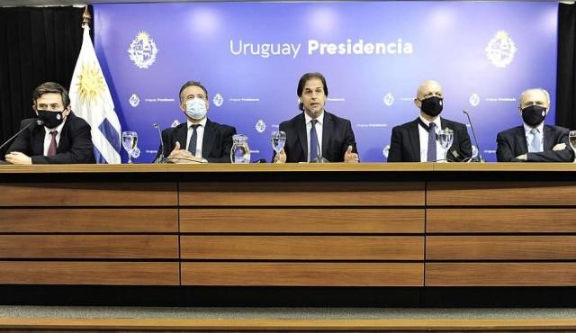 """Gobierno restringe actividades por """"crecimiento exponencial"""" de los casos de covid-19"""