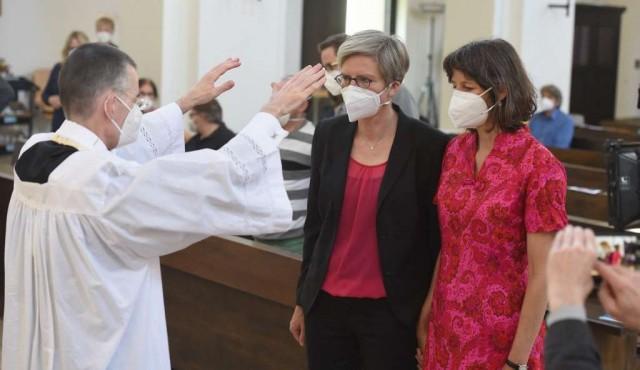 Iglesias alemanas bendicen a parejas del mismo sexo desafiando al Vaticano