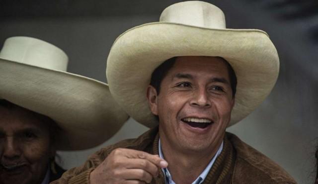 Castillo pasa a liderar escrutinio en Perú pero la tendencia puede variar