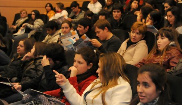 """""""Yo estudio y trabajo"""" ofrece 720 becas remuneradas"""