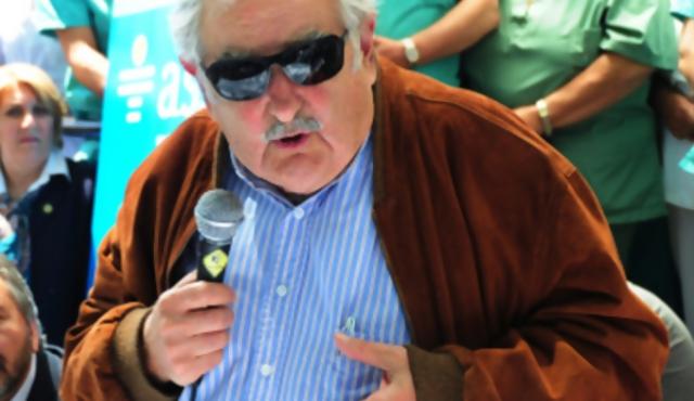 """Mujica: """"Que la gente se ponga una mano en el corazón"""" por Alas Uruguay"""