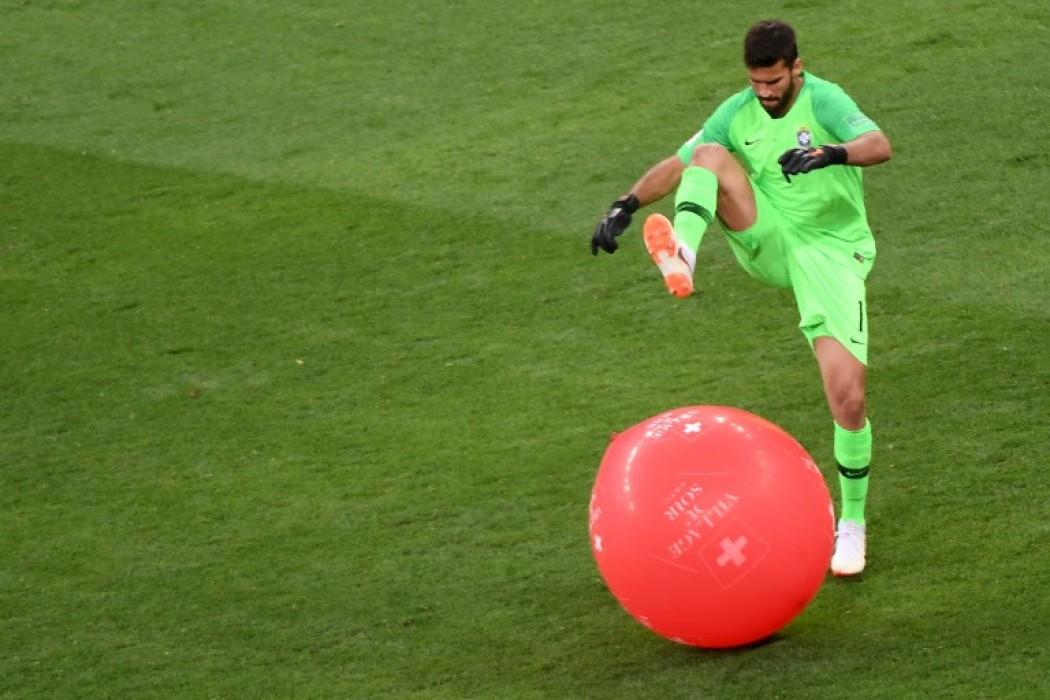 El brasileño Allison explotando un globo de Suiza — Foto del dia | Del Sol 99.5 en el Mundial Rusia 2018